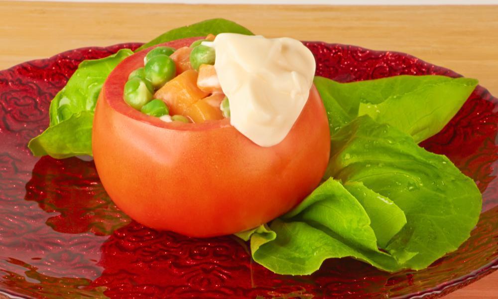 tomate-relleno-con-vegetal-fresco