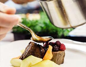 Chef decorando plato