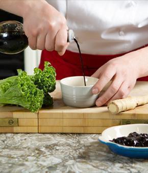 Chef sirviendo vinagre balsamico