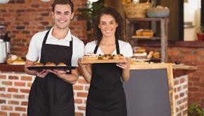 Meseros presentando productos