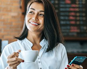 Mujer feliz tomando tinto