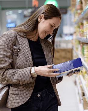 Mujer viendo el producto