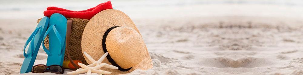 elementos de turistas en playa de colombia