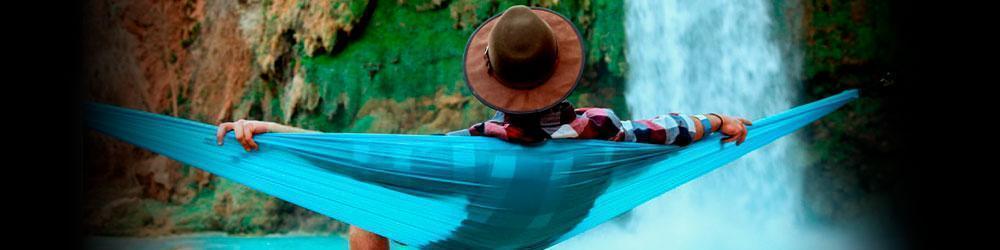 hombre descansando en hamaca en colombia