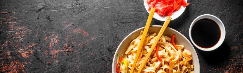 Plato con spaguettis con salsa de soya